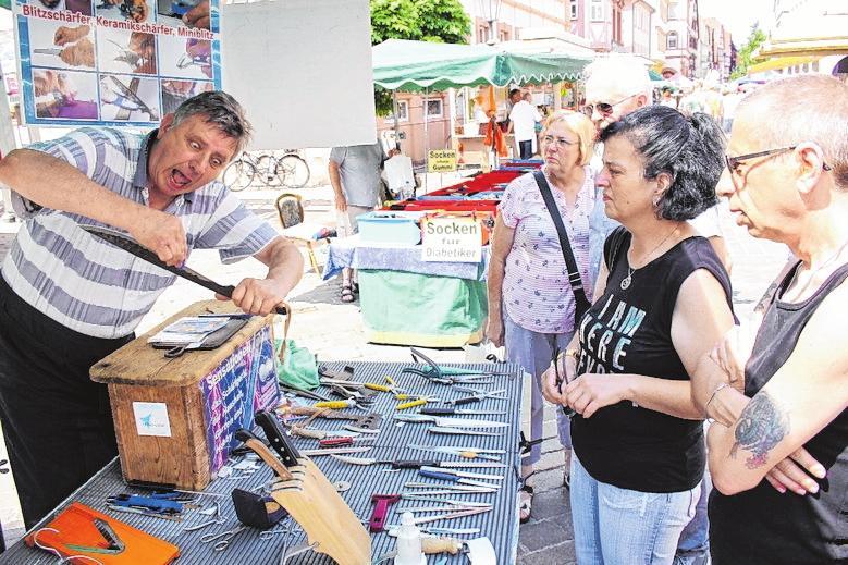 Die traditionellen Fieranten garantieren beim Maimarkt wieder ein breit gefächertes Sortiment. FOTO: JÜRGEN KAMM