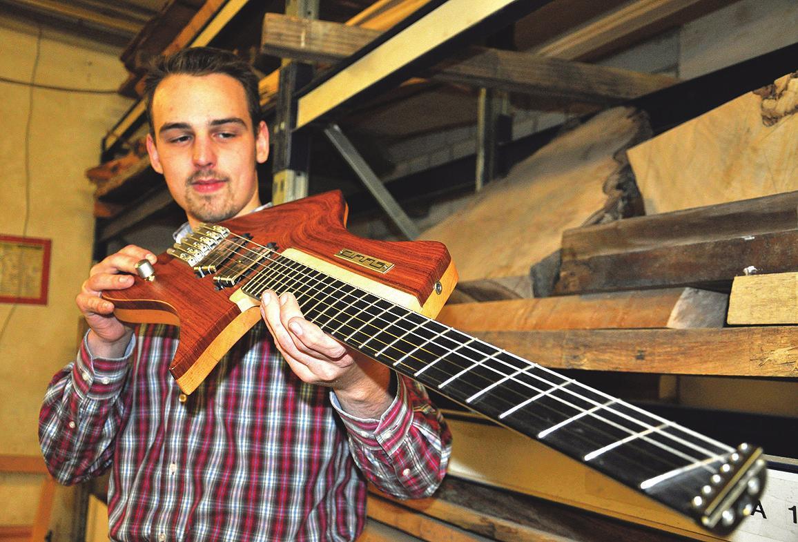 Alexander Claas, Tischler in Burgdorf, hat mit seinem Handwerk eine echte Karriere hingelegt. In seiner Werkstatt entstehen ergonomische E-Gitarren, deren spezieller Sound von Musikern in der ganzen Welt geschätzt wird.FOTO: CHRISTINE SEEGER