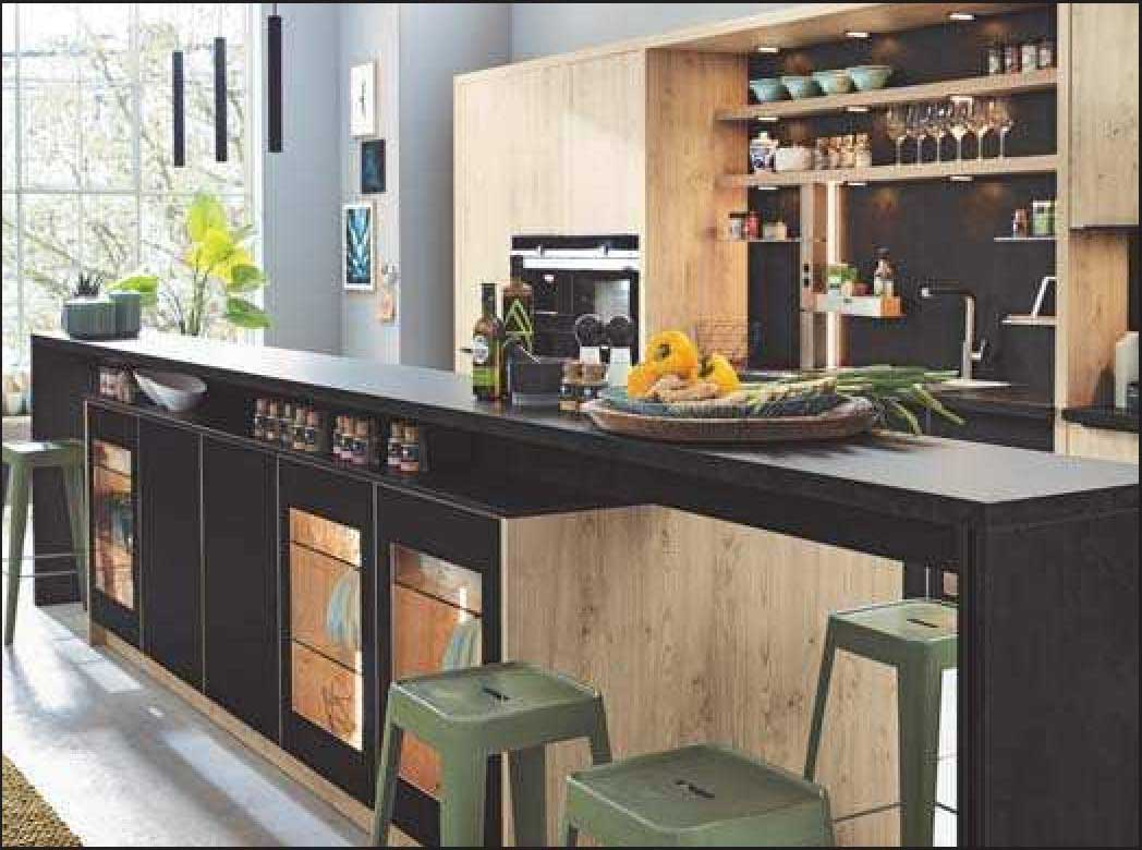 Holzfronten aus Furnier mit Oberflächen in dunklen Farben sind eine beliebte Kombination in der Küche. FOTO: AMK/FRE