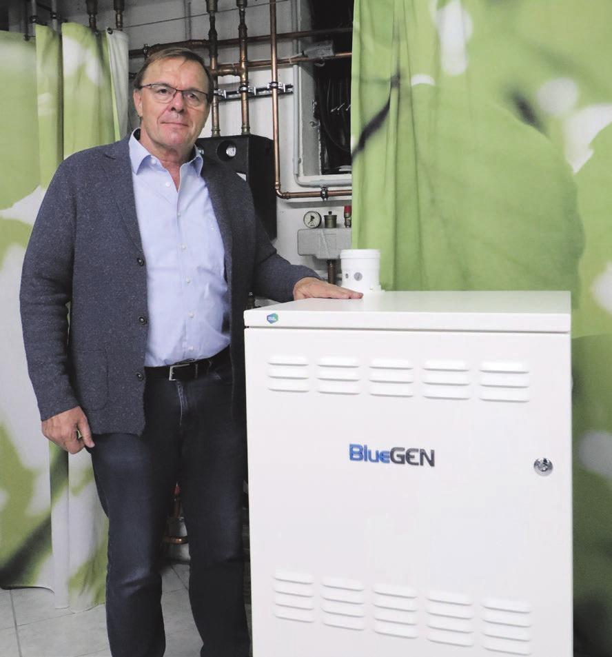 Gerhard Stübler mit dem neuen Brennstoffzellenmodul, das in seiner Ausstellung steht. Foto: Constantin Fetzer
