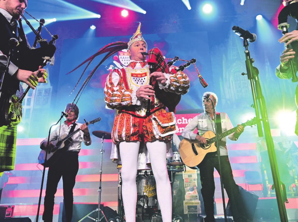 Die Bläck Föössauf großer Bühne mit dem Dudelsack begleiten – unbezahlbar. Prinz Karneval Christian II. lebt derzeit seinen Traum. Foto: Festkomitee Kölner Karneval