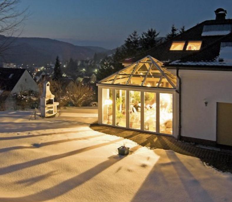 Im Winter ist der Wohnwintergarten ein echter Hingucker. Bild: djd/Sonne-am-Haus.de