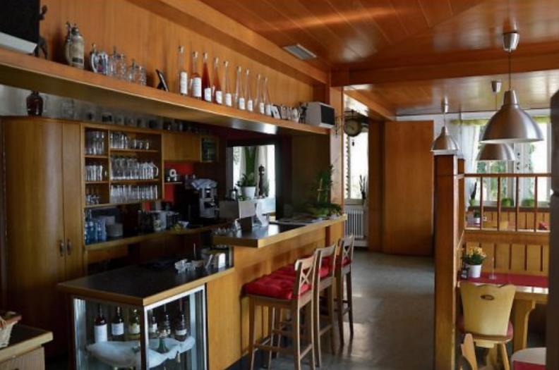 """Die Renovierung war nötig geworden und besonders die Theke in die Jahre gekommen. Daniel und Anja Markert freuen sich von Herzen darauf, im renovierten """"Hirsch"""" hoffentlich bald ihre Gäste wieder begrüßen zu dürfen. Bilder: Fany Fazii"""