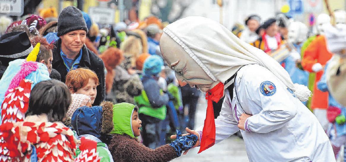 Ein Hemadglonker der Gammertinger Narrenzunft Horig begeistert die kleinen Zuschauer am Umzugsweg. FOTOS: OBSER /SCHWARZ
