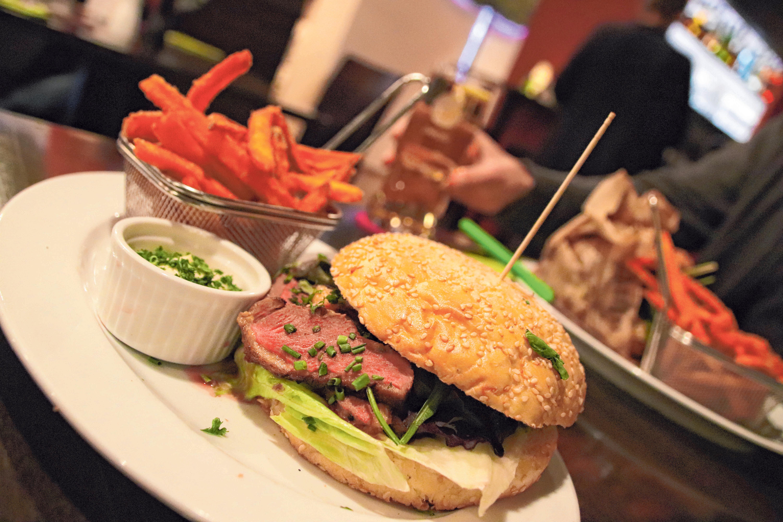 """Der Burger """"Barbarie Ente"""" wird mit Wildentenbrust auf Orangen- Senf-Sauce serviert. FOTO: L.L"""