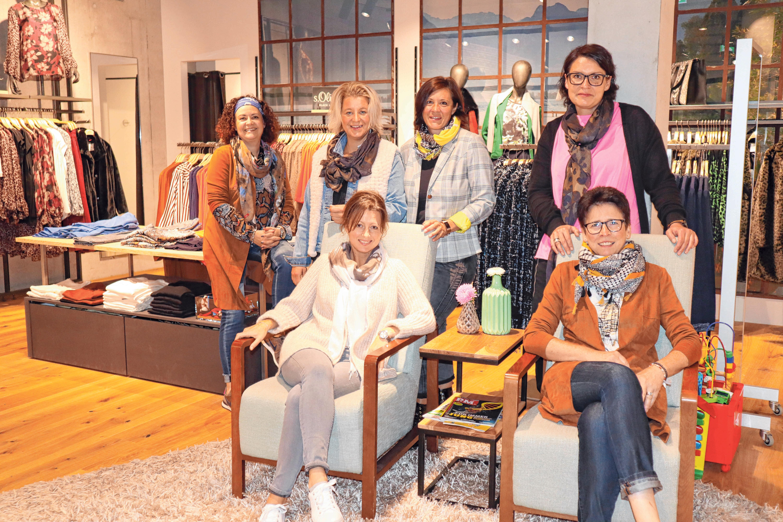 Die Modeberaterinnen Manuela Fischer, Andrea Haller, Tatjana Fischer, Anke Aubele (stehend), Helena Becker und Rosula Gerum (sitzend, jeweils v.l.n.r) freuen sich auf ihre Kunden. FOTO: EKO