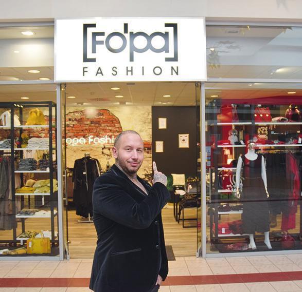 Daniel Sauer bietet bei Fopa-Fashion in der Pinneberger Rathauspassage ausgefallene Damen-Mode