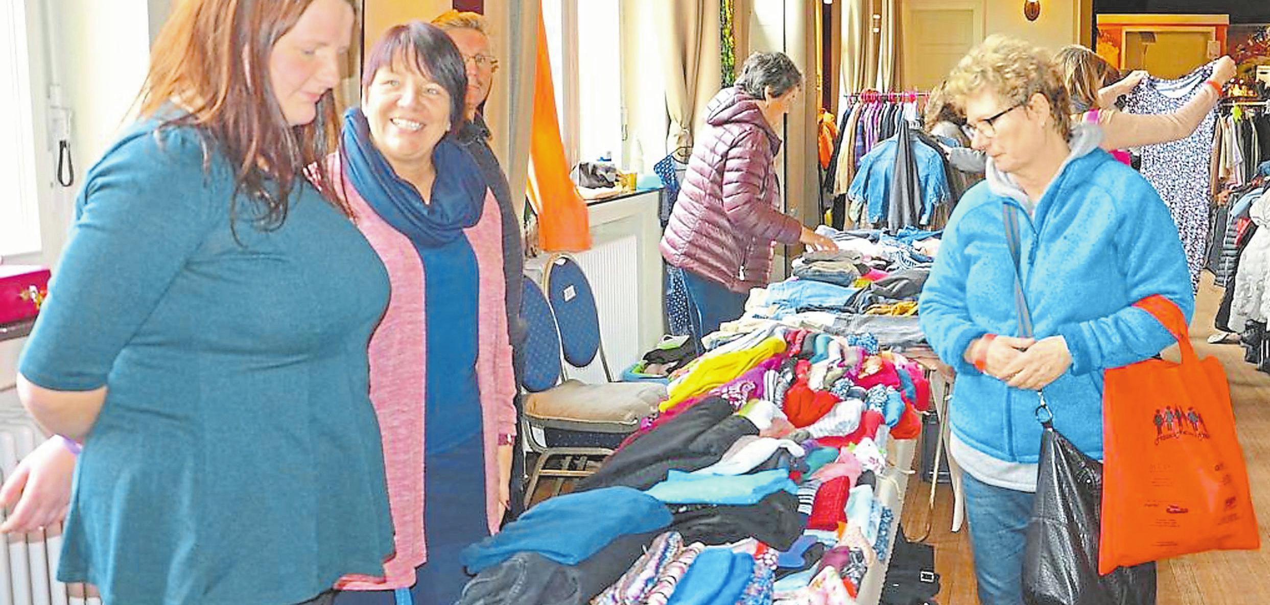 Der Frauenflohmarkt bietet eine große Auswahl. Foto: Claudia Mertins