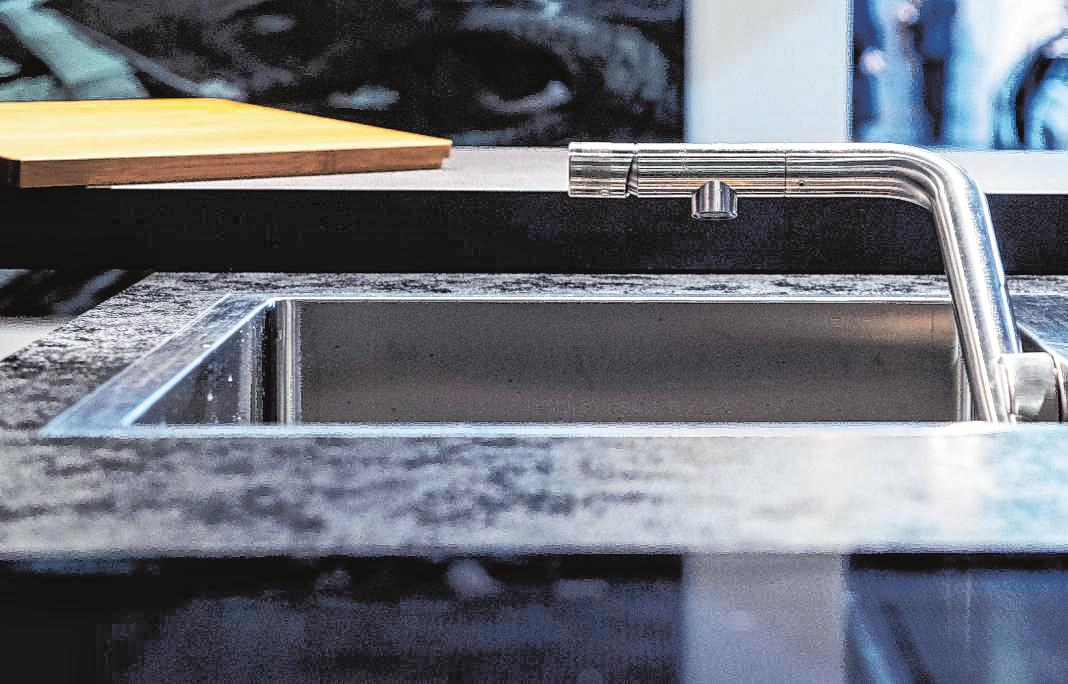 Die Armatur von Naber lässt sichum 90 Grad abkippen und im Spülbecken absenken. Mit einem Holzbrett darüber ist die Spüle als Arbeitsfläche nutzbar die Armatur von Naber lässt sich um 90 Grad abkippen und im Spülbecken absenken. Mit einem Holzbrett darüber ist die Spüle als Arbeitsfläche nutzbar.