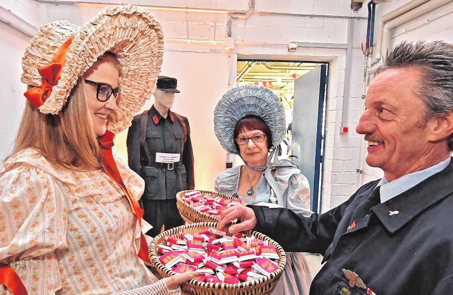 Süßer Willkommensgruß: Die Biedermeier-Gruppe von Oald Bensem verteilte Schokoladen-Täfelchen.