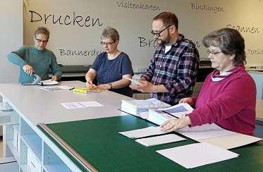Alltag im Betrieb: Karin Meyer, Petra Wachholz, Marcel Guttzeit und Tanja Schröder (v. l.). FOTO: REPRO- & WERBEZENTRUM