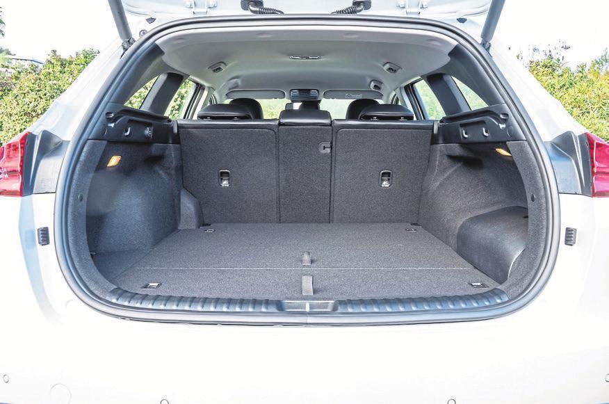 Der Kofferraum ist gegenüber den reinen Verbrennerversionen leicht geschrumpft.