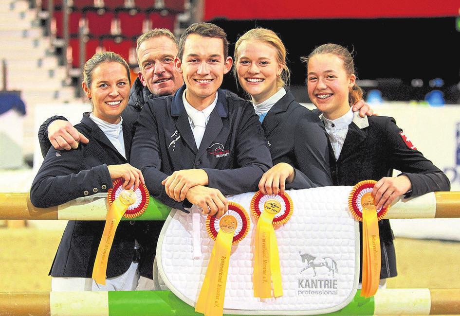 Goldene Schleifen: Der Altkreis Lüdinghausen mit (v.l.) Ann-Kathrin Helmig, Trainer Michael Potthink, Marius Brinkmann, Eva Resing und Lara Tönnissen gewann 2019 das Teamspringen.