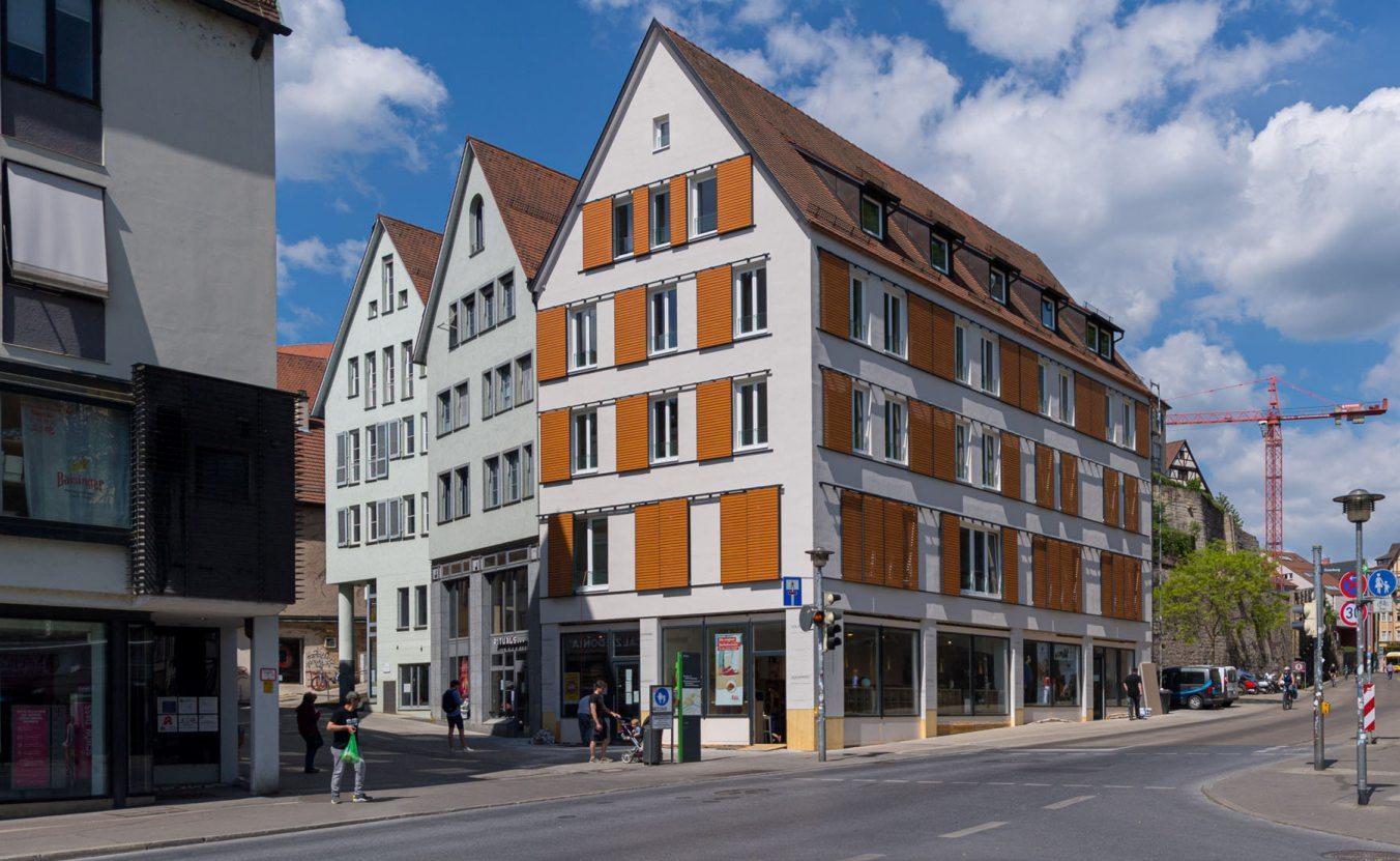 """Bilder im Uhrzeigersinn: Die neue Außenfassade der Mühlstraße 1. Der Keller stammt aus dem Jahr 1450. Die beiden Geschäfte im Erdgeschoss haben im Zuge der Sanierung ebenfalls ein """"neues Interieur"""" bekommen. Bilder: meleo Tübingen"""
