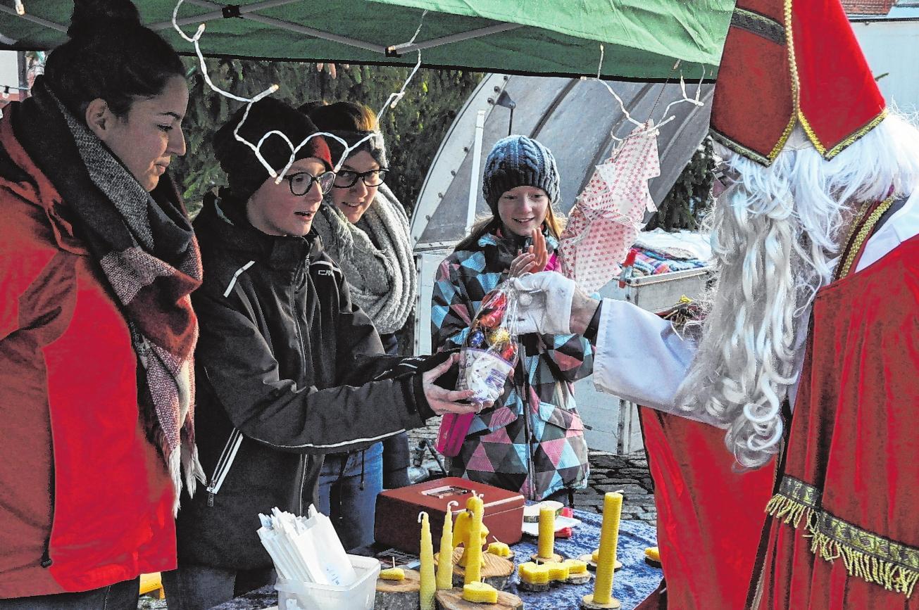 Auch weihnachtliche Accessoires wie Kerzen, Kugeln und dergleichen können erstanden werden. FOTO: M.SCHWEIGER