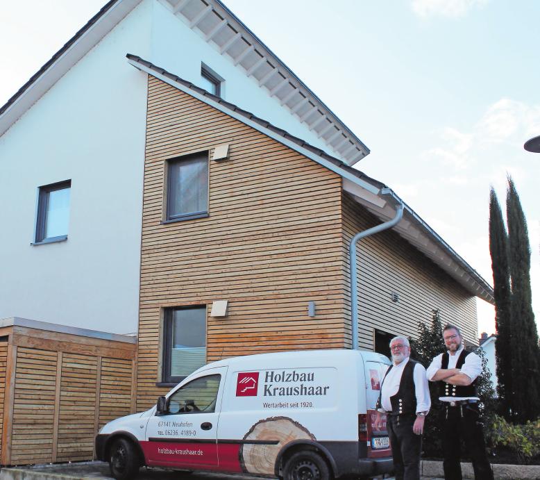 Ein Beispiel für die Vielseitigkeit des Betriebs: Das Architektenhaus in Holzständerbauweise mit einer Fassade, die teils aus Holz besteht (davor Bernhard (l.) und Bernd Kraushaar). FOTO: MÖBUS