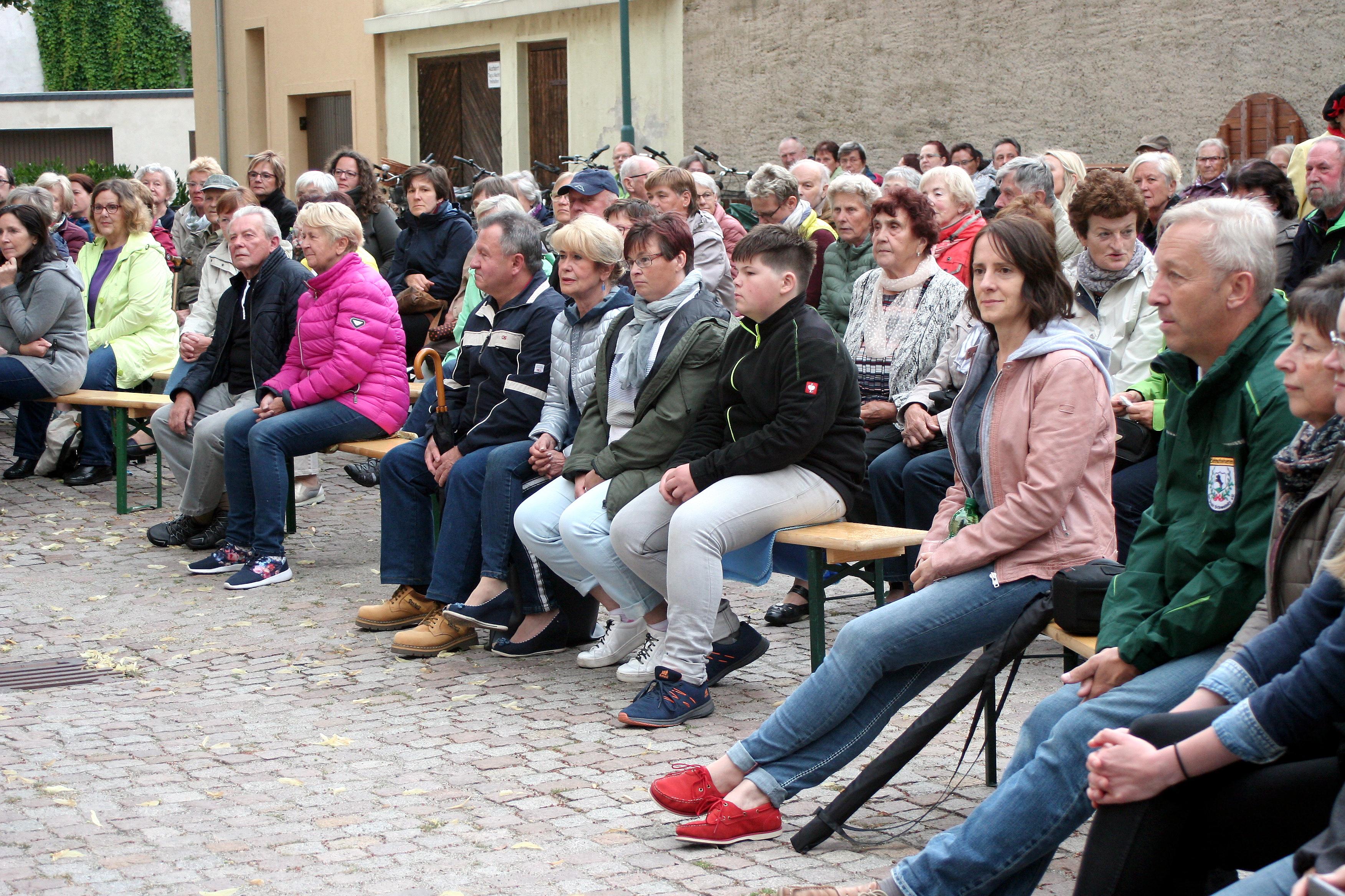 Das Publikum auf dem Kirchplatz wurde toll unterhalten. FOTO: D. MAYER