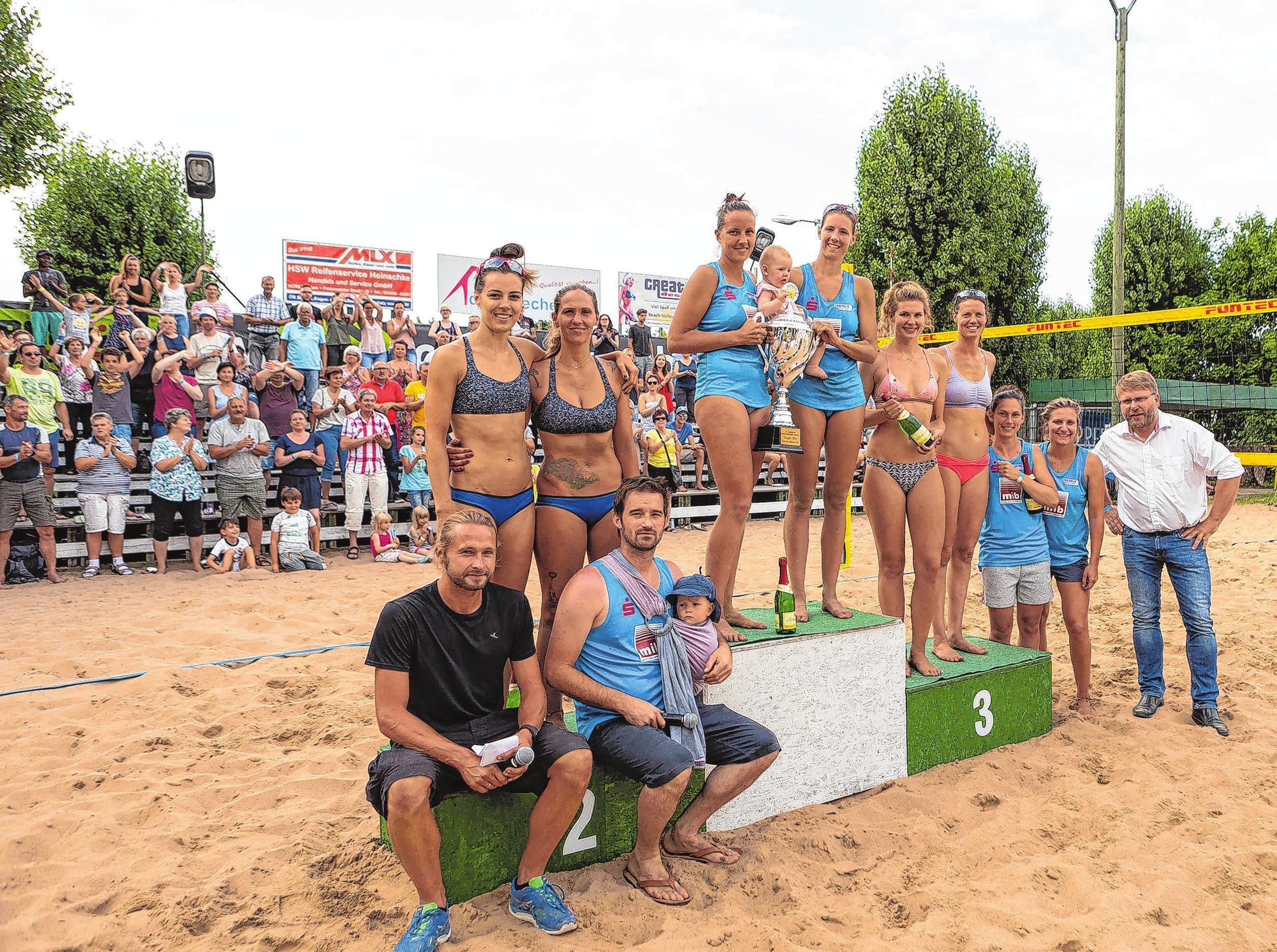 Strahlende Siegerinnen vom vergangenen Jahr: das Abschlussbild nach dem Finale der Frauen-Konkurrenz in Wriezen. Fotos: Edgar Nemschok