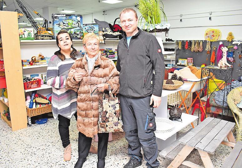 Verkaufen von Plüschfiguren bis hin zu Möbeln Hausrat aller Art im Sozialkaufhaus: Verkäuferin Marzena Ziolkowski (links) und Geschäftsführer Marco Schubach. Stammkundin Editha Walter (Mitte) findet immer etwas. FOTO: SCHENK