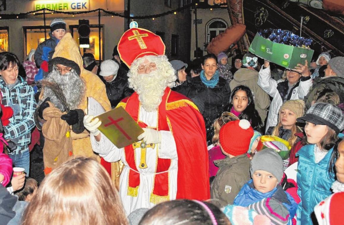 Täglich öffnet der Weihnachtsmann der Bad Königshöfer Werbegemeinschaft am Adventshaus ein Fenster. Am 6. Dezember ist der Stadtnikolaus an der Reihe.