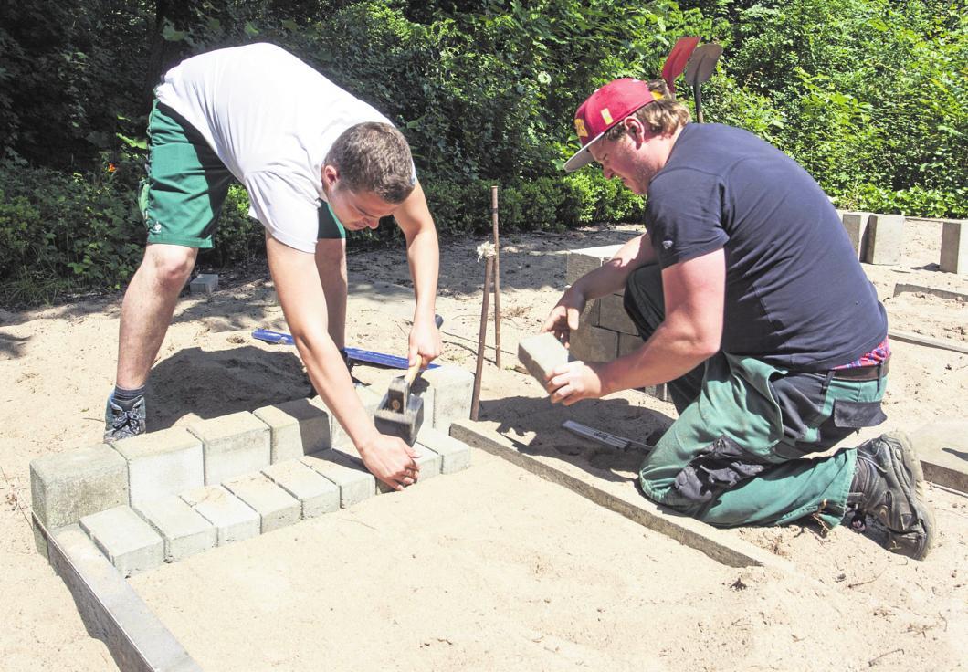 Garten- und Landschaftsbauer müssen auch Wege und Terrassen bauen. FOTO: OLAF DÖRING/IMAGO