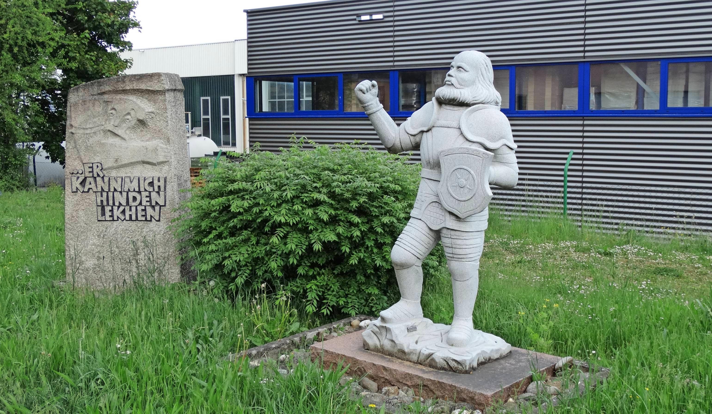"""Dem Ritter mit der eisernen Hand sind in Krautheim eine Statue und ein Gedenkstein gewidmet. Den Stein ziert die Inschrift """"Er kann mich hinden lekhen"""", woraus Goethe das bekannte """" (...), er kann mich im Arsche lecken"""" machte. Fotos: Ute Böttinger"""