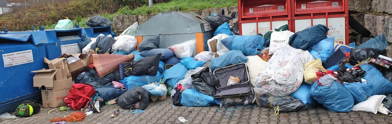 Erneut wurde am Container-Platz Silcherstraße in Obereisesheim von Unbekannten wilder Müll abgelagert. Die Beseitigung der Schweinerei kostet die Verwaltung viel Geld. Foto: Andreas Gastgeb