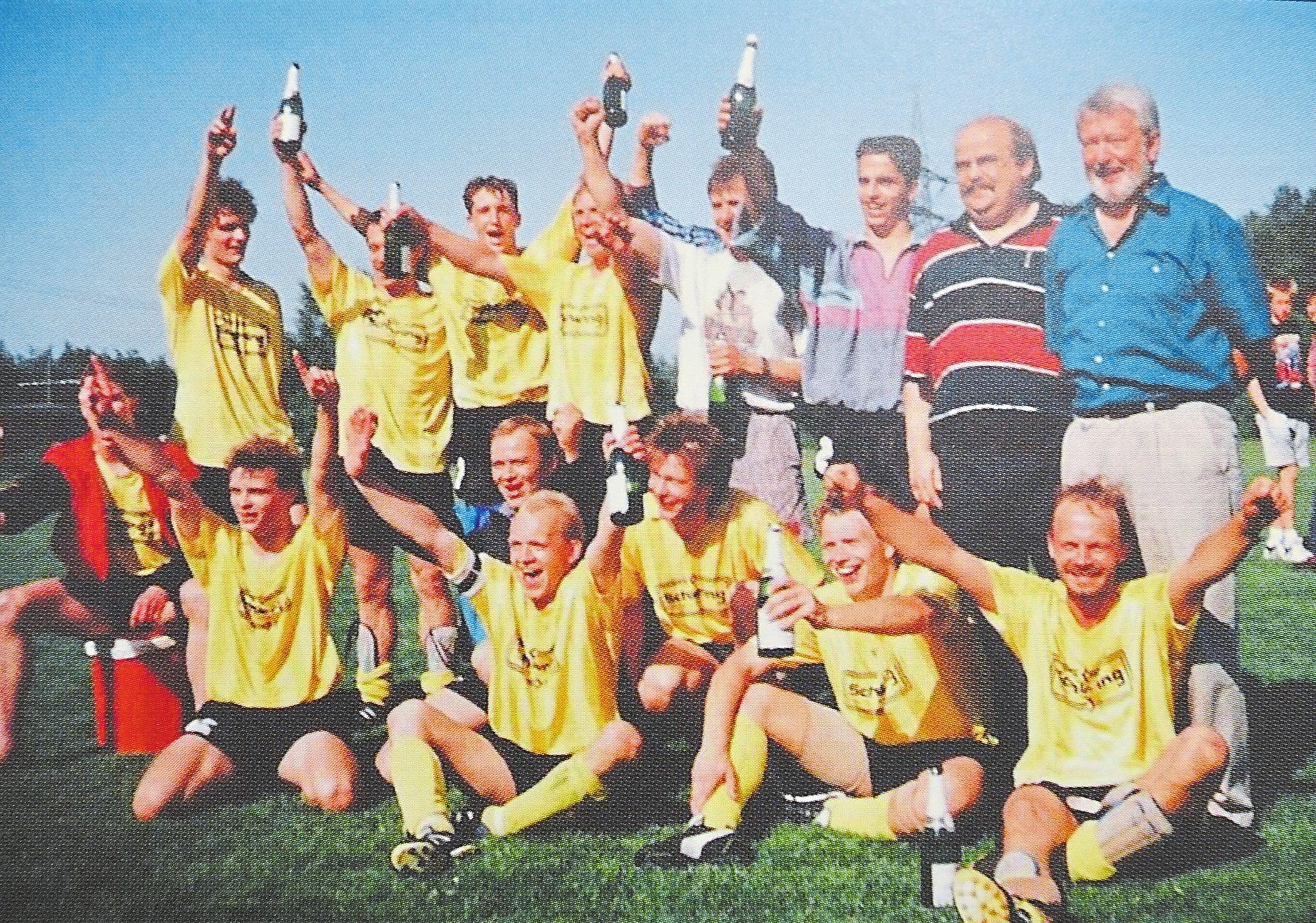 Gefeiert wurde 1993 nach dem Aufstieg in die Kreisliga A: die Mannschaft mit Trainer Ernst Mackel und Betreuer Peter Hornert.