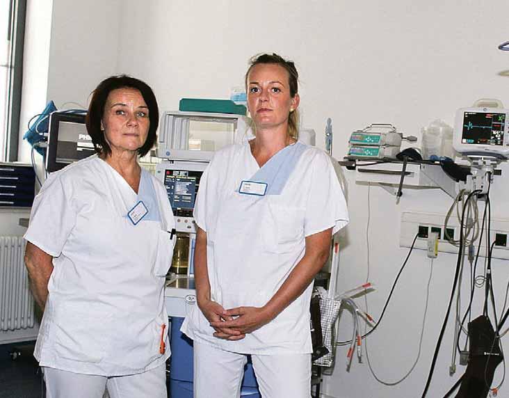 Schwester Patricia (l.) und Schwester Sabine im Schockraum der Notaufnahme. Hier kann es im Notfall schnell hektisch werden, da muss jeder Handgriff sitzen. Fotos: Carina Bosse