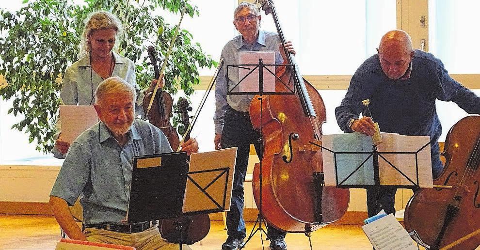 Vorbereitung für die Probe: Marcel, Sabrina, Rolf und Markus. Bild: D. S.