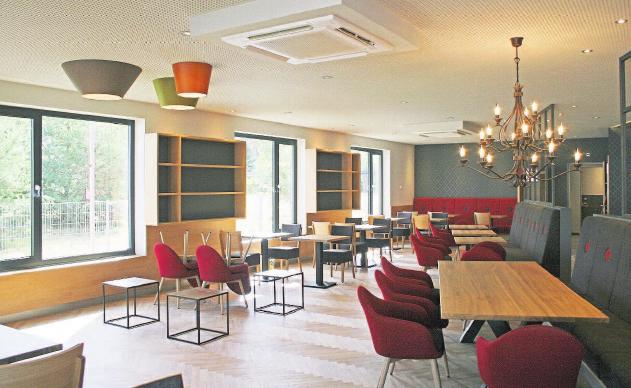 Gemütlich und stilvoll: Das neue Café spricht jede Altersgruppe an. Fotos: Meike Haak