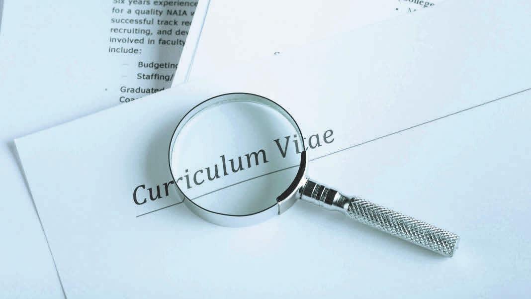 Curriculum Vitae Längere Phasen der Erwerbslosigkeit sollten schon im Lebenslauf begründet werden. iStockphoto.com/JLGutierrez