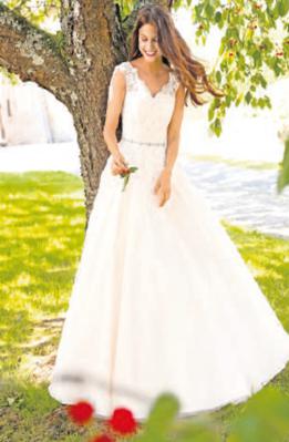 Mit seinem schwingenden Rock und seinem feinen Elfenbein-Ton liegt dieses Brautkleid 2019 voll im Trend. Foto: Kleemeier