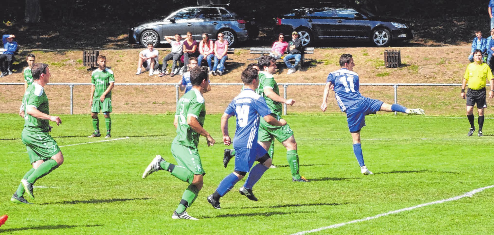 2. Saisonspiel: Der SV Hochberg (blaue Trikots) erzeilt das 1:1 gegen den FV Weithart und verpasst dem Mitaufstiegsfavoriten danach eine 11:3-Klatsche auf dessen Platz. FOTO: SCHWARZ