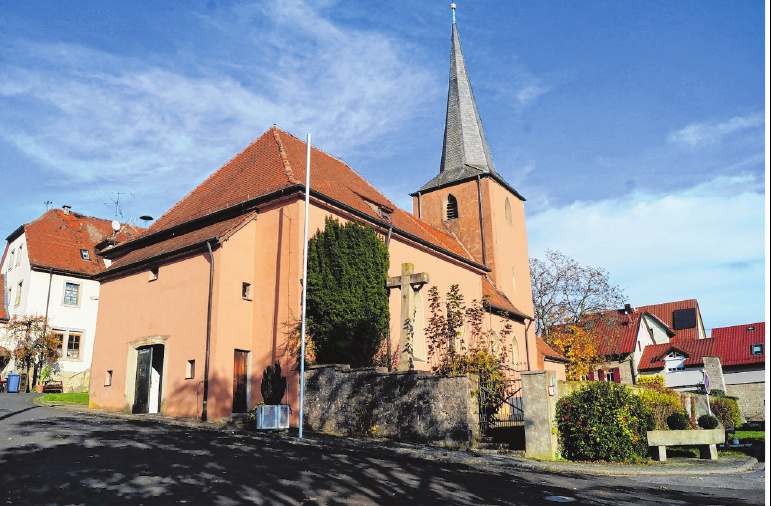 Die St. Jodokus-Kirche in Ottendorf mit dem Eingang zum alten Friedhof. FOTO: ELKE ENGLERT