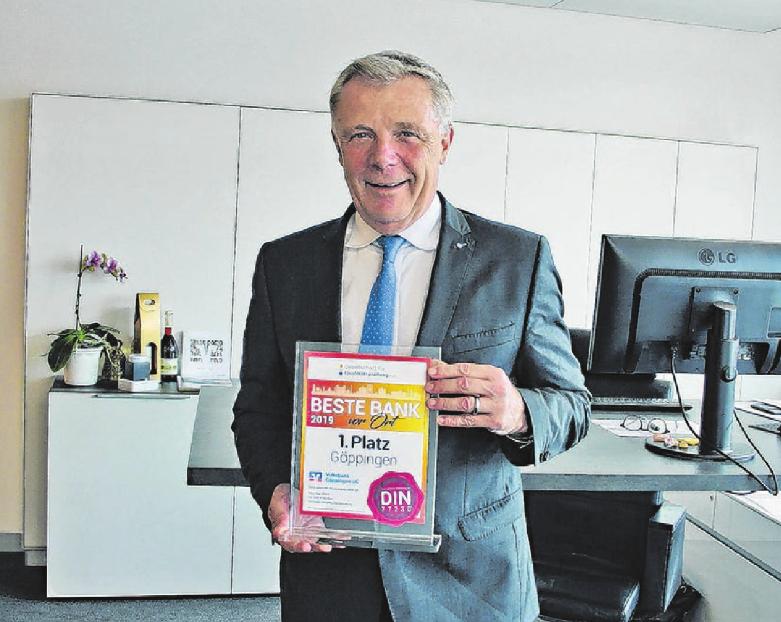Vorstand Hermann Sonnenschein mit dem Preis für die Beste Bank vor Ort. Foto: Iris Ruoss