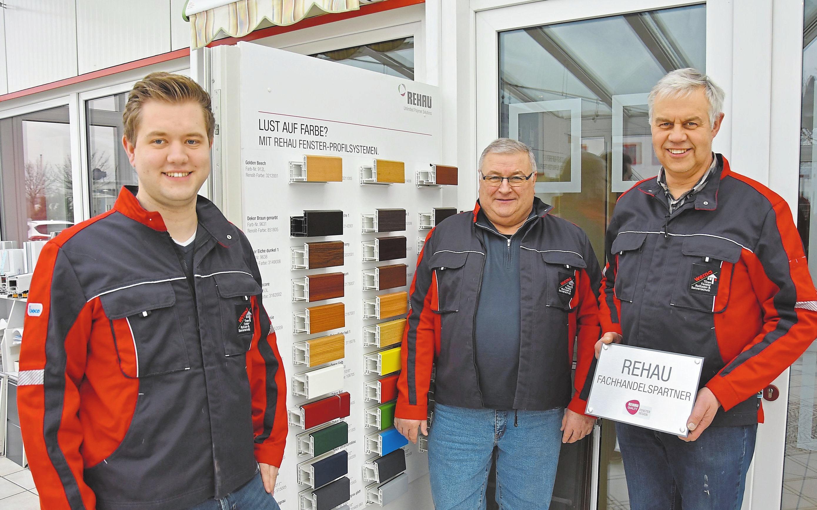 """Markus Wensing, Alfred Weßling und Karl-Heinz Wensing (v.l.) sind beim Coesfelder Hersteller für Fenster, Türen und Garagentore """"wema"""" die Fachmänner. Foto: Matthias Lehmkuhl"""