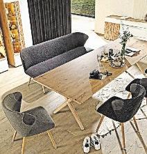 Hersteller bieten Massivholzmöbel in Kombination mit anderen Werkstoffen wie Glas, Metall oder Leder an, was die Einrichtungsoptionen erweitert. FOTO: IPM/VOGLAUER
