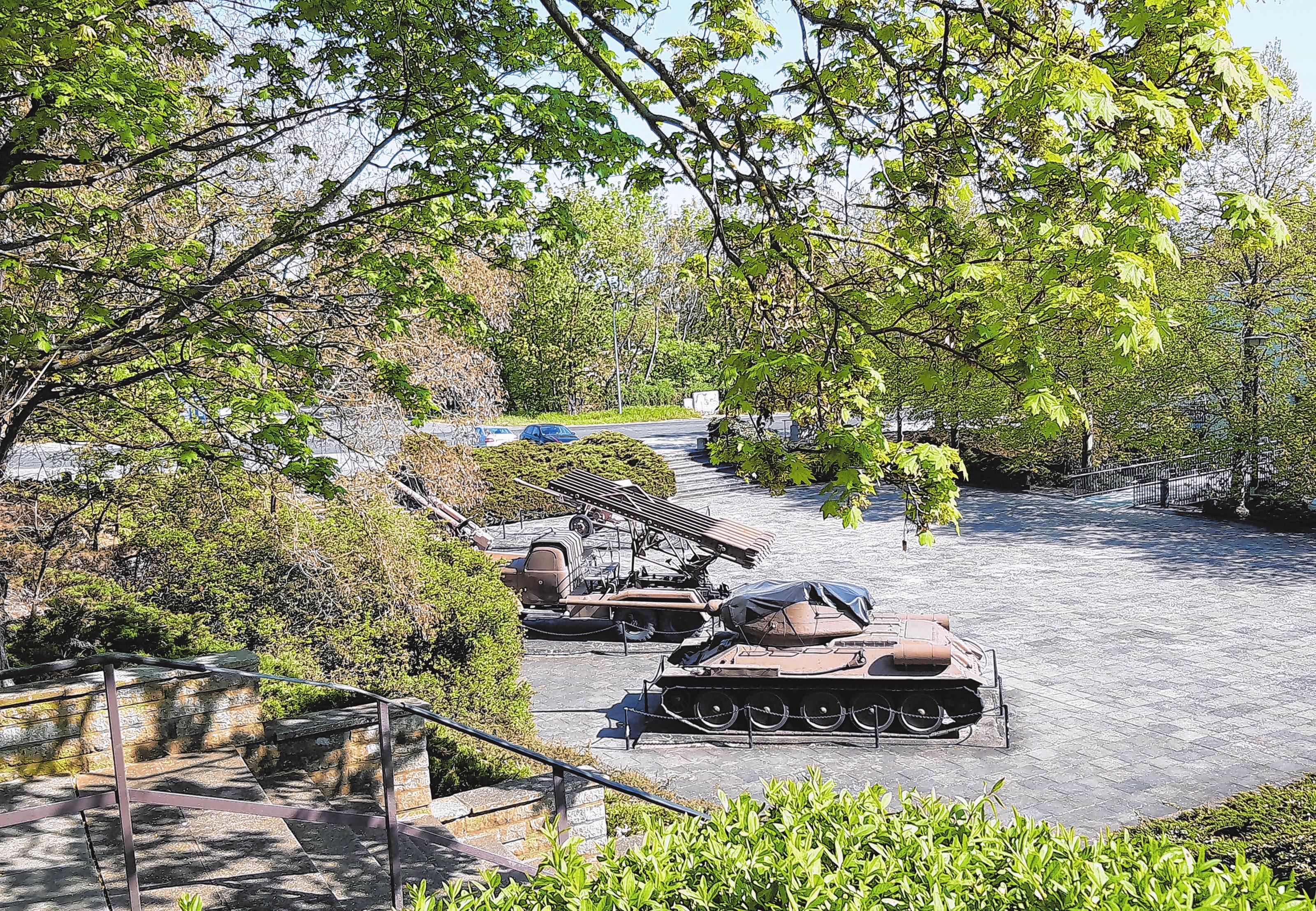 Noch gestaltet werden soll jetzt der Außenbereich der Gedenkstätte, wo sich unter anderem die historische Militärtechnik befindet.