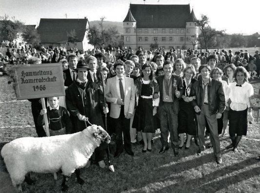 Seit dem Jahre 1969 ist der von den Vätern und Großvätern überlieferte Hammeltanz – hier im Jahr 1985 – ein Höhepunkt der Hirrlinger Kirbe. Archivbild: Rainer Mozer