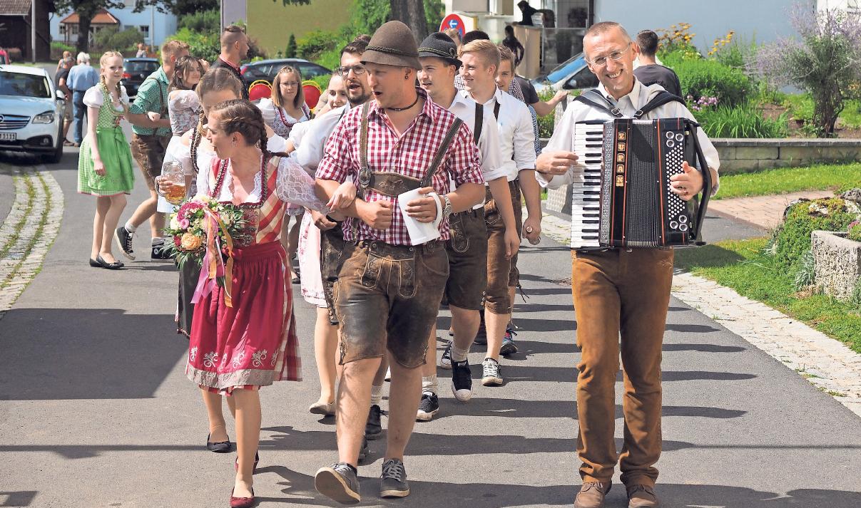 Auch in Neudorf ist das Austanzen des Kirchweihbaums der Höhepunkt der Kirwa: Am Sonntag um 14 Uhr kürt man das Oberkirwapaar. Fotos: Klaus Trenz