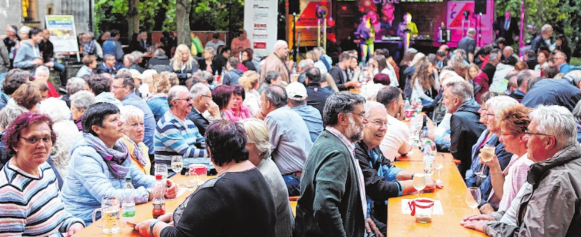 Gemütlich sitzen lässt es sich beim Gerolzhöfer Weinfest im Spitalgarten. FOTO: ENDRISS