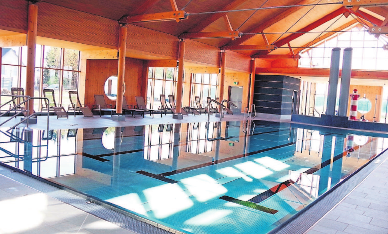 """Ein Highlight ist das """"GenerationenBad"""". Die großzügig verglaste Schwimmhalle strahlt eine Wohlfühl-Atmosphäre aus."""