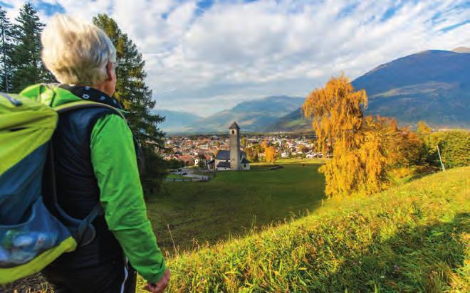 Von einigen Wanderrouten hat man die romanische Kirche St. Johann im Blick. Foto: IDM Südtirol/Helmut Rier