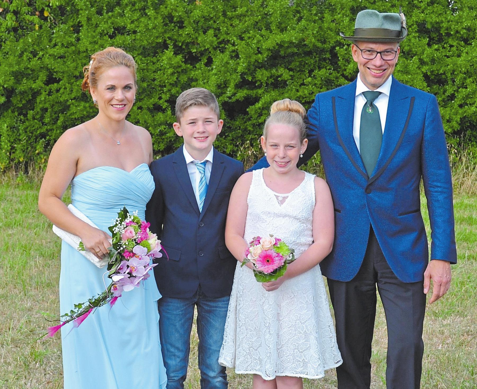 Freuen sich auf ein buntes Festwochenende: das Königspaar, Torsten und Tabea Sandkühler, sowie das Kinderkönigspaar, Lukas Möllers und Jule Schweins. Foto: -bim