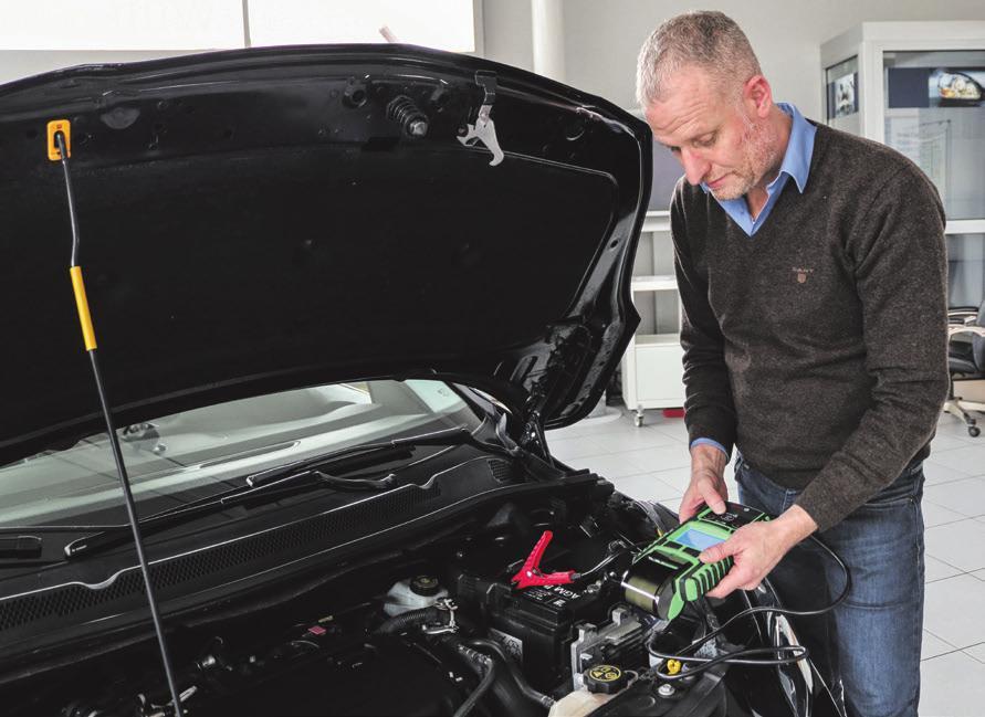 Mit dem Batterietester überprüft Jochen Staudenmayer, ob die Ladespannung noch ausreichend ist. Foto: Daniela Strohmaier
