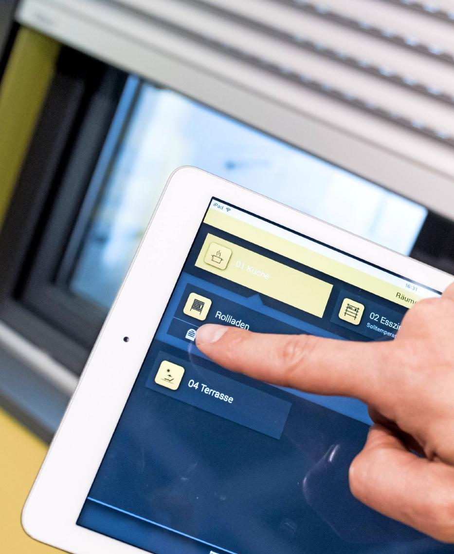 Hausbesitzer können Rollläden mit Smartphone oder Tablet aus der Ferne steuern. Das kann Einbrechern vorgaukeln, jemand sei zu Hause. Foto: Alexander Heinl/dpa-tmn
