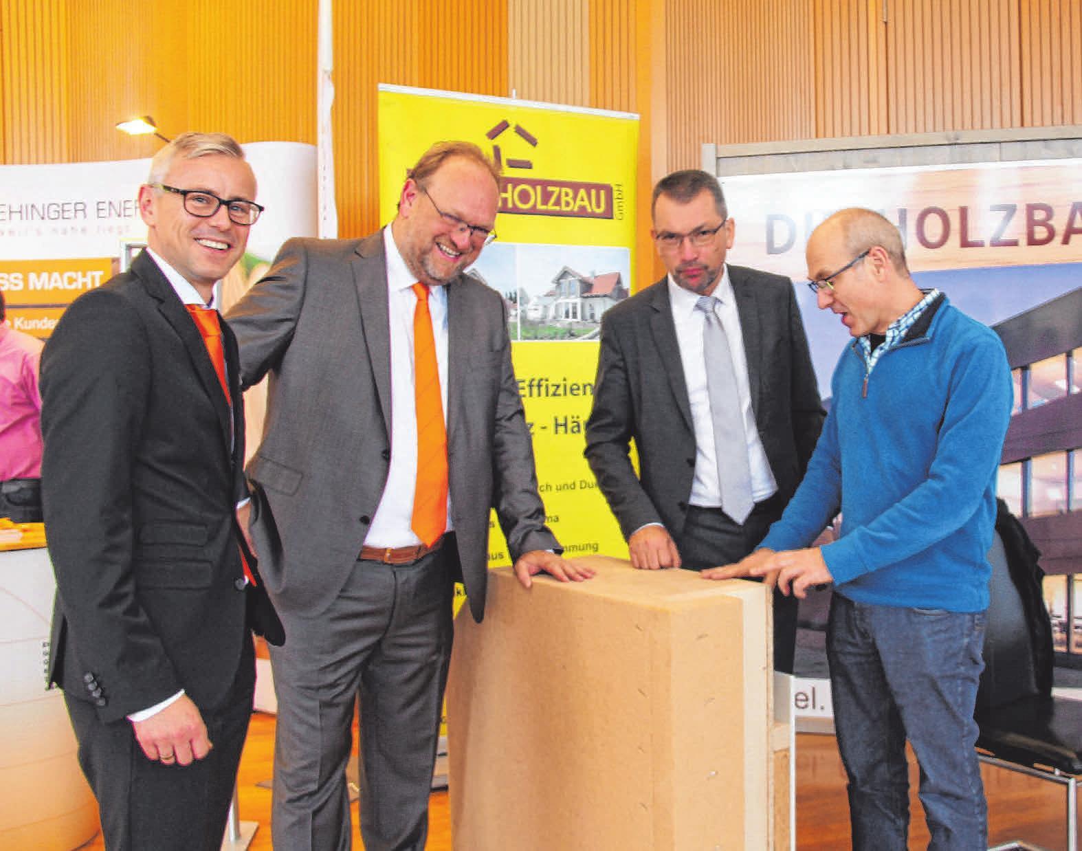 Wie viele andere Besucher, haben sich OB Alexander Baumann sowie Jost Grimm und Thomas Freudenreich von der Donau-Iller Bank jedes Jahre beim ImmobilienForum in der Ehinger Lindenhalle ausführlich über aktuelle Trends und Innovationen informiert.