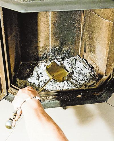 Beim Reinigen darf man nicht vergessen, den Aschekasten zu leeren. FOTO: DPA