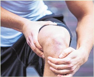 Eine Kniearthrose verursacht meist Schmerzen. Trotzdem sollten Betroffene nach Möglichkeit in Bewegung bleiben - denn die ist wichtig für ihre Gelenke.FOTO: CHRISTIN KLOSE, TMN